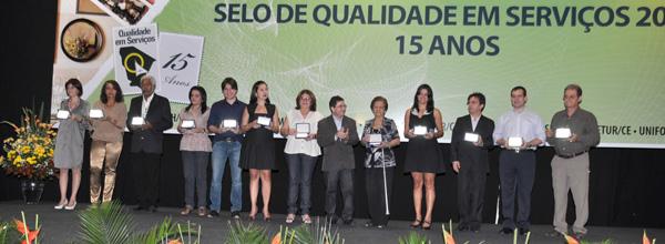 Rafael Bezerra (segunda da direita para esquerda) recebe prêmio pela ABEOC CE