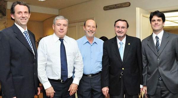 O presidente da Abeoc-SP, José Eduardo de Souza Rodrigues (quarto da esq. para direita), com Eduardo Mello, Osvaldo Barbosa, Luiz Vinagre, e André Cobal (foto divulgação)